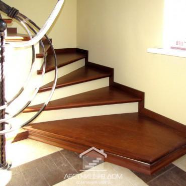 Обшивка легкой бетонной лестницы с кованым ограждением в стиле модерн, г.Орехово-Зуево