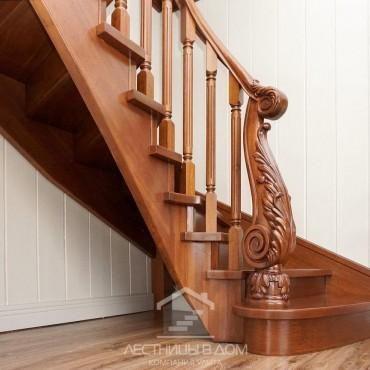 Деревянная лестница с резным столбом из дуба, г. Орехово-Зуево