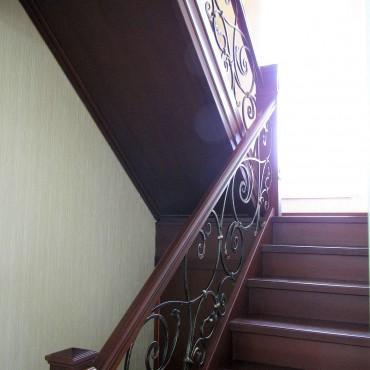 Буковая лестница с ограждением из ковки г. Павловский Посад