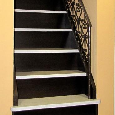 Обшивка готовой бетонной лестницы с кованым ограждением, г.Орехово-Зуево