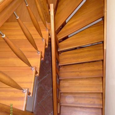 Межэтажная лестница на больцах из лиственницы, г.Павловский Посад