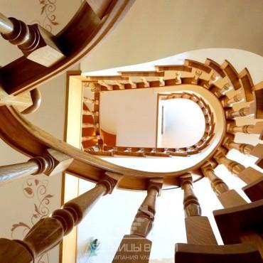 Обшивка винтовой лестницы на бетонном основании дубом г. Орехово-Зуево