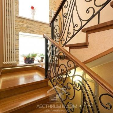 Дубовая лестница с кованым ограждением и подсветкой г. Орехово-Зуево