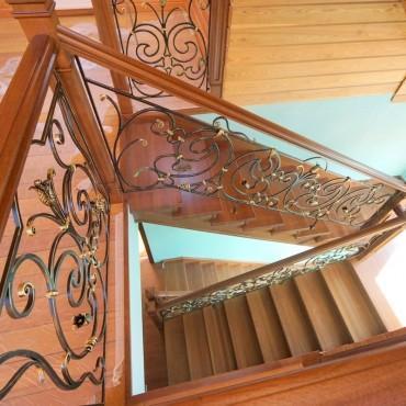 Обшивка бетонной лестницы дубом с кованым ограждением г. Орехово-Зуево